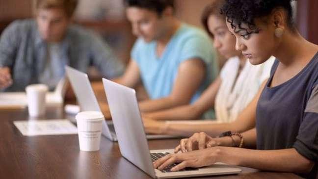 Trabalhadores usam notebooks em empresa