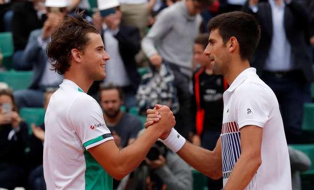Thiem, sétimo colocado no ranking da ATP, cumprimenta Djokovic, vice-líder, ao fim da partida de quartas-de-final de Roland Garros