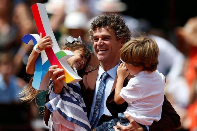 Acompanhado de seus dois filhos, o ex-tenista Gustavo Kuerten foi homenageado na quadra principal de Roland Garros pelo aniversário de 20 anos de sua primeira conquista no grand slam francês