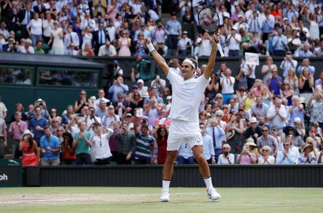 Federer vibra após conquistar o ponto final na decisão do título de Wimbledon, em Londres