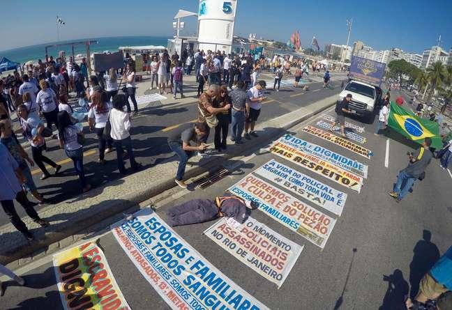 Protesto contra a violência e morte de policias na orla de Copacabana