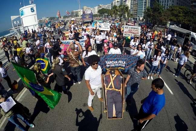 Protesto contra a violência e morte de policias na orla de Copacabana, altura do posto 5, no Rio de Janeiro (RJ), na manhã deste domingo (23).