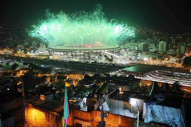 Imagem da Cerimônia de Abertura dos jogos Olímpicos no Rio de Janeiro mostra favela de um lado e Maracanão de outro