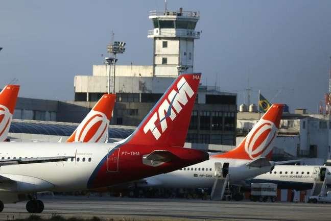 Aviões estacionados no aeroporto Santos Dumont, no Rio de Janeiro 15/12/2014 REUTERS/Pilar Olivares