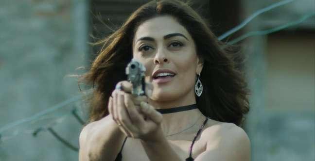 Bibi (Juliana Paes) não disfarça mais o fascínio pelo mundo do crime.