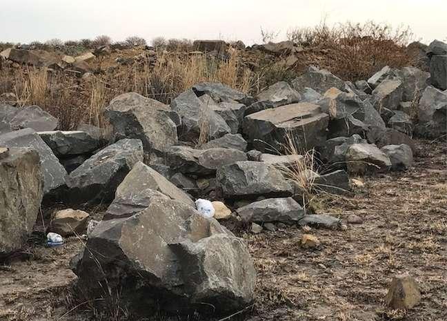 Pedras no local onde corpo foi escondido