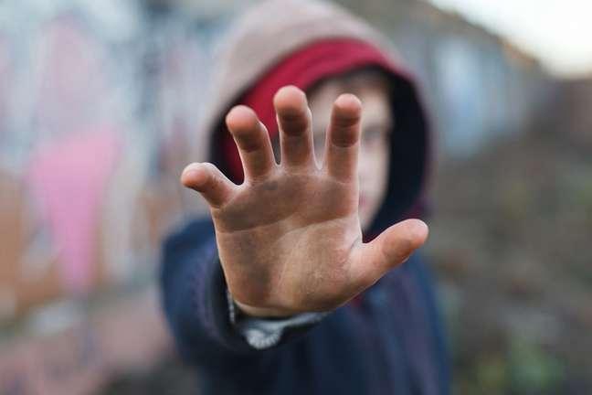 Impressionante imagem de criança sem teto