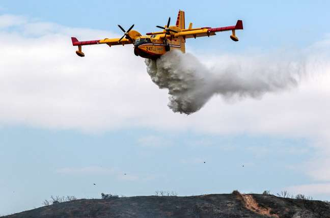 Avião joga água para apagar incêndio florestal em Los Angeles, na Califórnia 03/09/2017 REUTERS/ Kyle Grillot