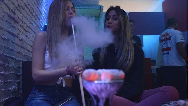 Amigas fumando narguile