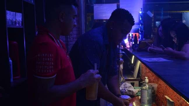 Pedro Benedito prepara narguilé para cliente em tabacaria na zona leste de São Paulo