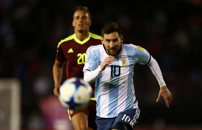 Lionel Messi em disputa de bola no jogo da Argentina contra a Venezuela pelas Eliminatórias da Copa da Rússia