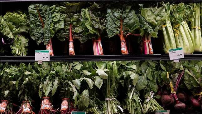 Legumes e verduras à venda em mercado