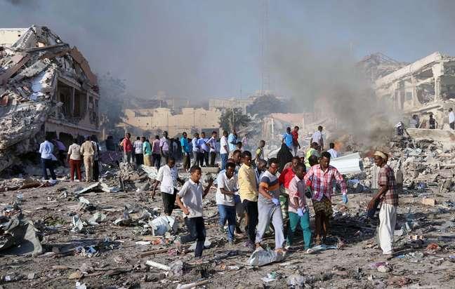 Grupo carrega corpo de vítima de ataque na Somália