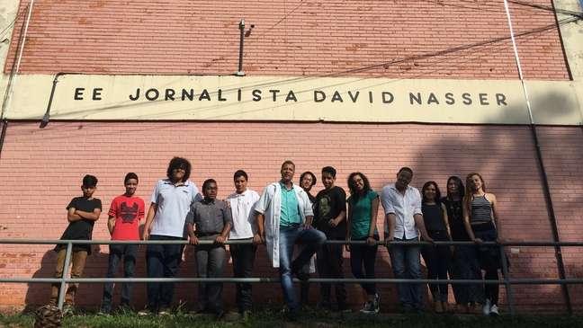 Moraes Filho posa ao lado de alunos da Escola Estadual Jornalista David Nasser; Estado de SP está formando milhares de profissionais dedicados à mediação