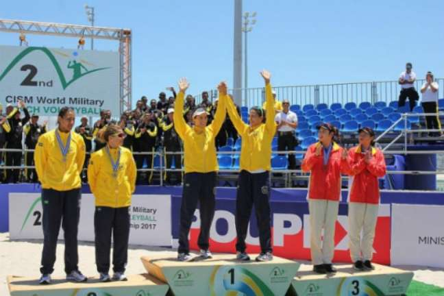 Ágatha e Duda comemoram o título mundial feminino, com Larissa e Ana Patrícia ficando com a prata