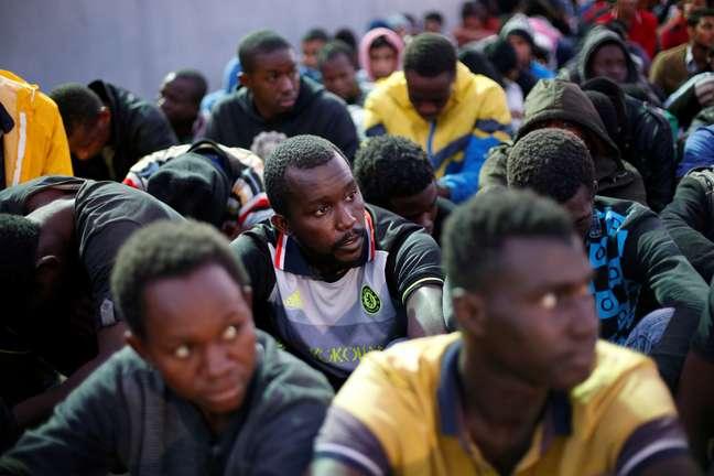 Migrantes resgatados pela marinha líbia em porto de Trípoli