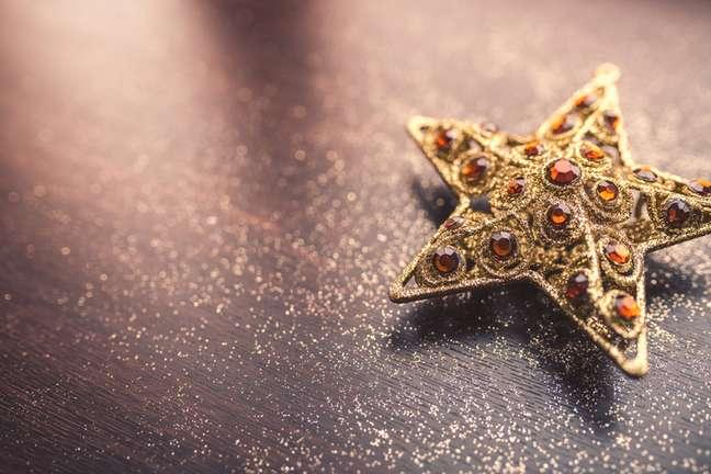 Uma estrela guiou os três reis magos até o local do nascimento de Jesus, por isso ela é usada como enfeite natalino, e simboliza a estrela-guia para o filho de Deus