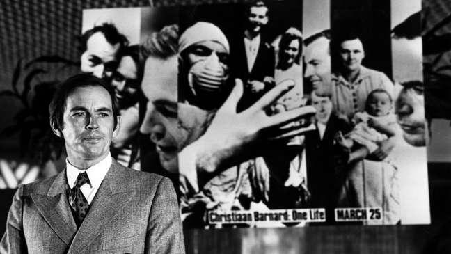 O médico sul-africano Christiaan Barnard realizou o primeiro transplante de coração, em dezembro de 1967