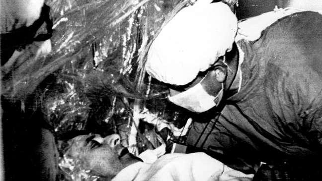 Barnard eximaninado Louis Wahshkansky, primeiro paciente a receber um novo coração