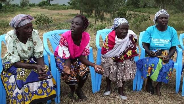 Grupo de mulheres se reúne contra tradição que prevê 'purificação' sexual para viúvas