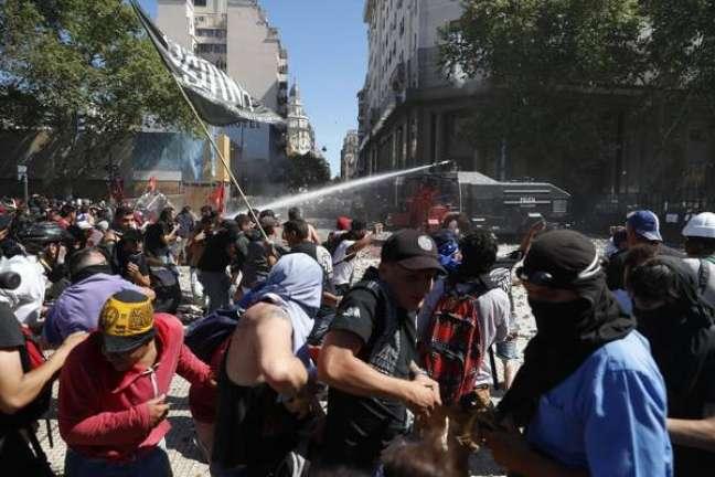 Ato contra reforma da previdência da Argentina deixa 160 feridos