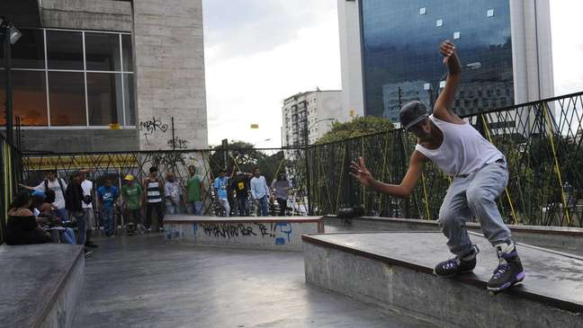 Homem andando de patins na Venezuela