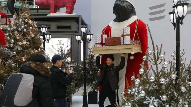 Decorações de Natal têm se tornado mais populares na China, apesar de proibição do Cristianismo | Foto: EPA
