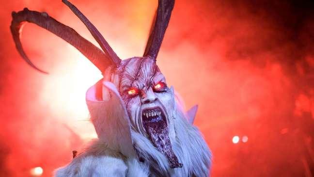No folclore de alguns países europeus há a figura da 'sombra' do Papai Noel, o demoníaco Krampus, que pune as crianças mal comportadas   Foto: AFP