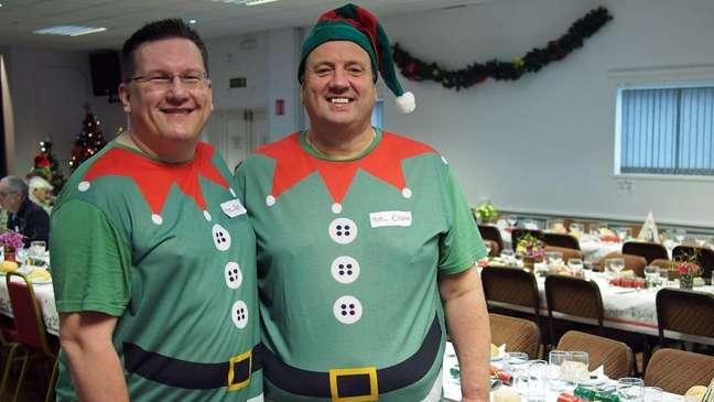 Guy Woodman e Colin Sharp fazem desde 2012 um evento para reunir pessoas que passariam o Natal sozinhas | Foto: Divulgação