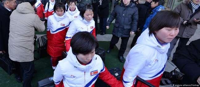 A delegação norte-coreana atravessa a fronteira com a Coreia do Sul