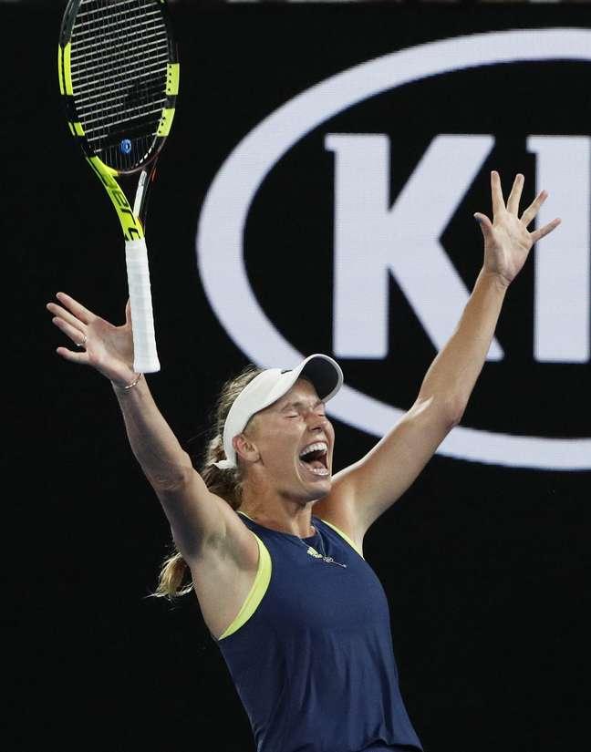 A tenista dinamarquesa Caroline Wozniack bate a romena Simona Halep e fatura o título do Aberto da Austrália, seu primeiro grand slam da carreira.