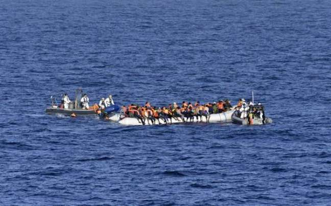 Apesar de diminuição do fluxo de chegadas, imigrantes ainda arriscam em travessia pelo Mediterrâneo