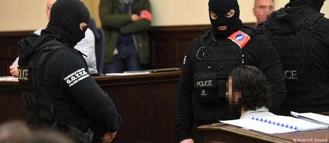 Abdeslam, de barba e cabelos compridos, se recusou a responder as perguntas dos juízes no tribunal em Bruxelas