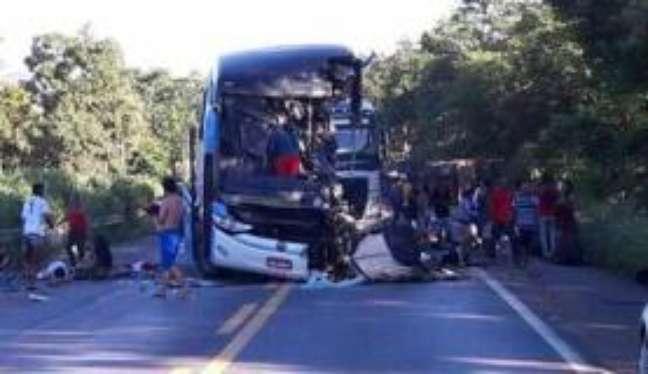 Acidente entre carro e ônibus e carreta na BR-020