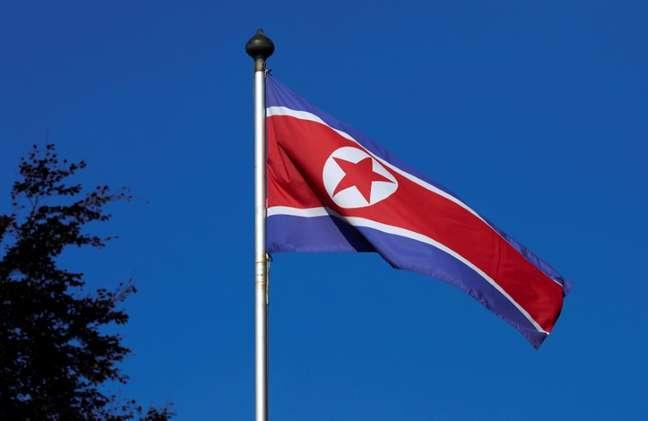 Bandeira da Coreia do Norte é vista em Genebra, na Suíça 02/10/2014 REUTERS/Denis Balibouse