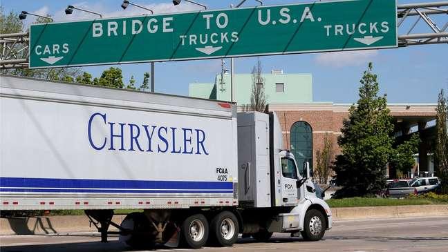 Grandes empresas de automóveis como a Chrysler têm fábricas em Detroit, ao lado de Windsor