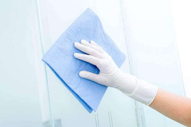 3. Outra maneira para secar o box após limpo é utilizando um pano macio