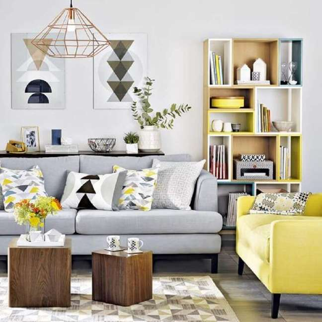 20. Linda inspiração de sala cinza e amarelo no estilo escandinavo
