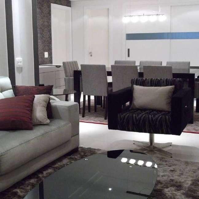 16. Decoração de sala cinza com preto com poltrona de veludo preta dando sofisticação ao ambiente.