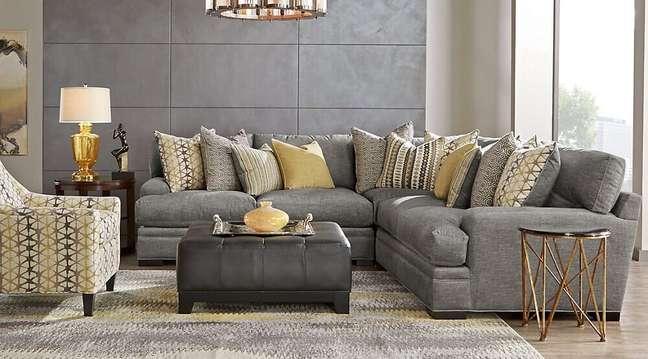 25. Decoração sofisticada para sala com sofá cinza e amarelo