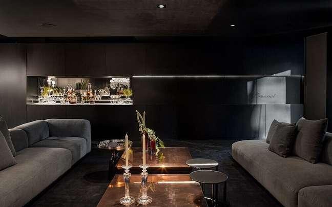 8. Luxuosa decoração de sala cinza com preto