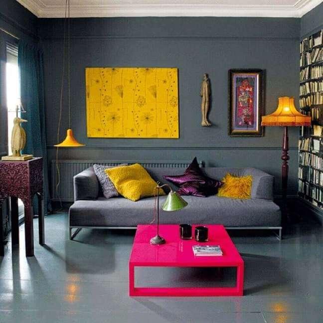 13. Linda inspiração de decoração de sala cinza e amarelo com com tons de roxo e rosa