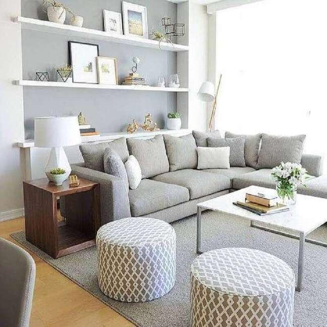 39. Os móveis de madeira ficam lindo compondo a decoração da sala cinza
