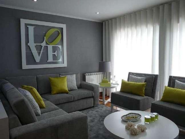 11. Sala cinza e amarelo onde o tom neutro permaneceu na maior parte da decoração