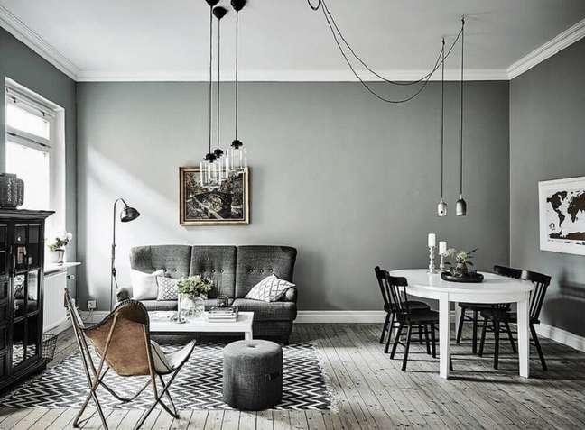26. Linda sala com parede cinza e pendentes modernos