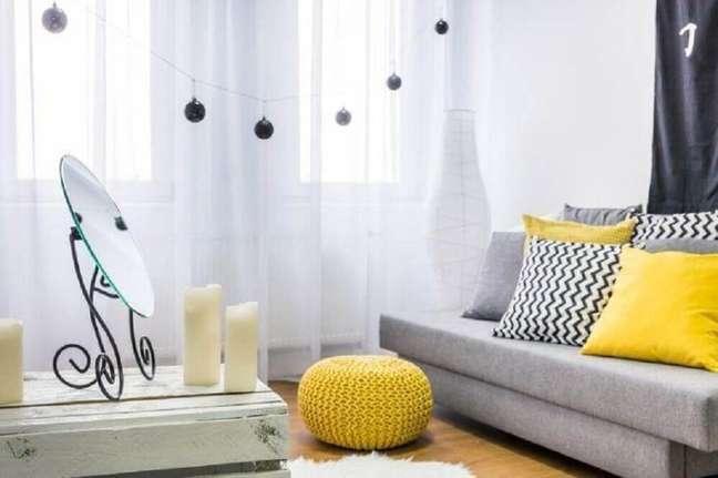 33. Decoração de sala cinza e amarelo nos detalhes