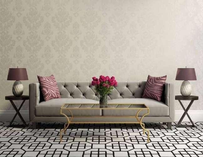 27. Lindo modelo de sofá cinza para sala de estar com papel de parede