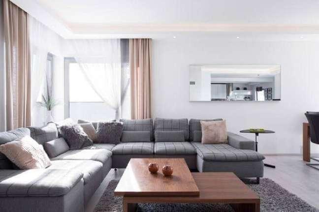 34. Inspiração de sala com sofá cinza e cortinas rosas