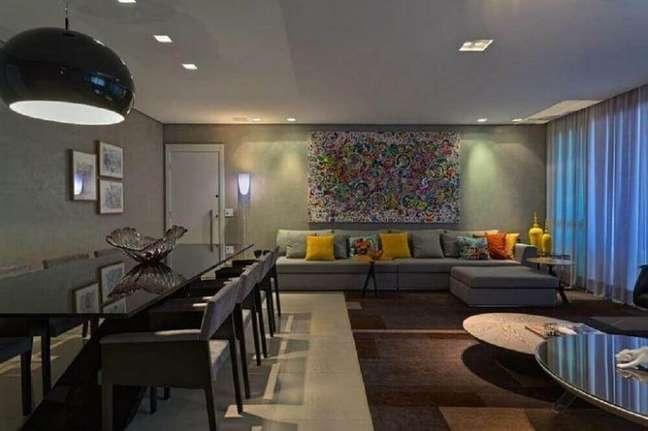 30. Sala com sofá cinza e quadro grande
