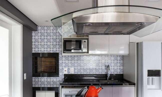 23. Coifa de vidro com alumínio para cozinha com azulejo decorativo